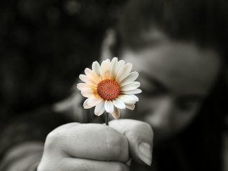 donna con fiore bianco