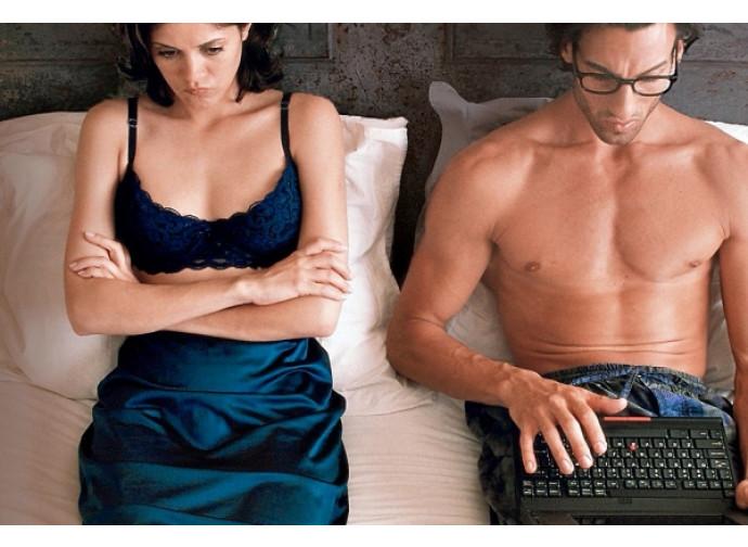 Donna triste con marito che guarda i porno