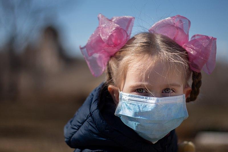 bambina con mascherina chirurgica